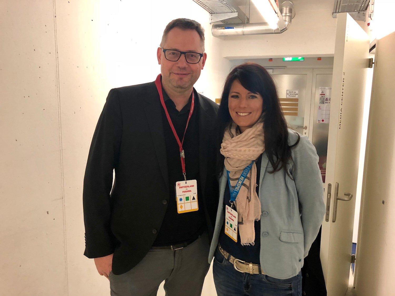 Michael Köhn, Stadionspeaker der Schweizer Nationalmannschaft und des FC Basel posiert zusammen mit Andrea Schnellmann, der Stadionspeakerin des FCL.