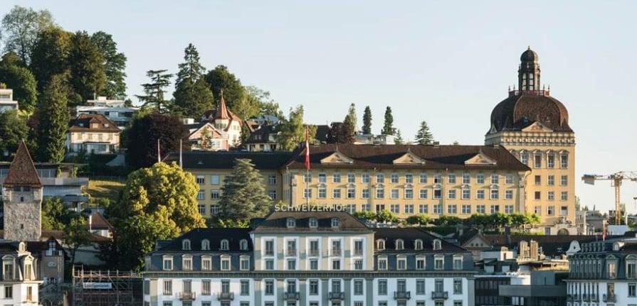 Das Suva-Gebäude thront über der Stadt Luzern.