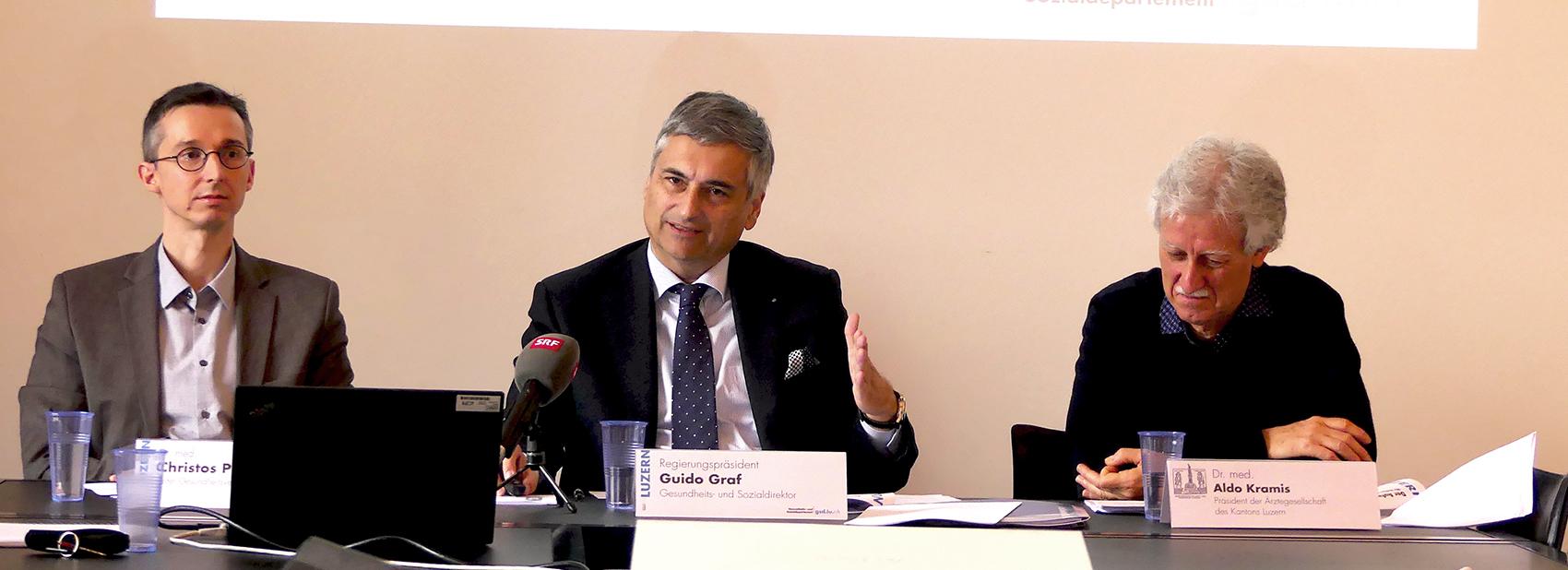 Christos Pouskoulas (Leiter Gesundheitsversorgung), Regierungspräsident und Gesundheitsdirektor Guido Graf und Aldo Kramis (Präsident Ärztegesellschaft) bei der Präsentation der neusten Zahlen.