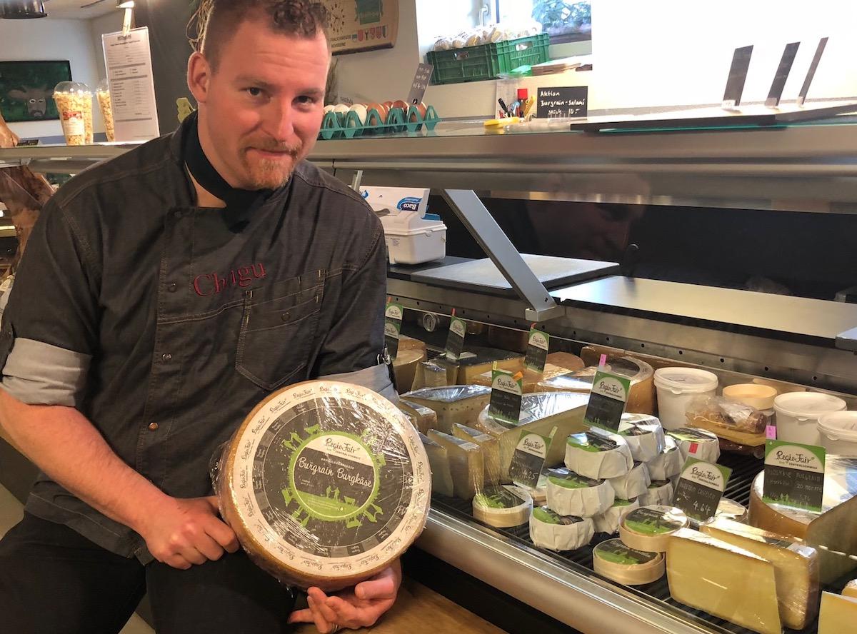 Alles bio und regional: Der Koch verkauft auch Käse aus Rohmilch von den 80 Kühen auf dem Bauernhof.