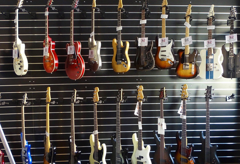 Gitarren- und Bassauswahl im neuen Musikhaus Luzern.