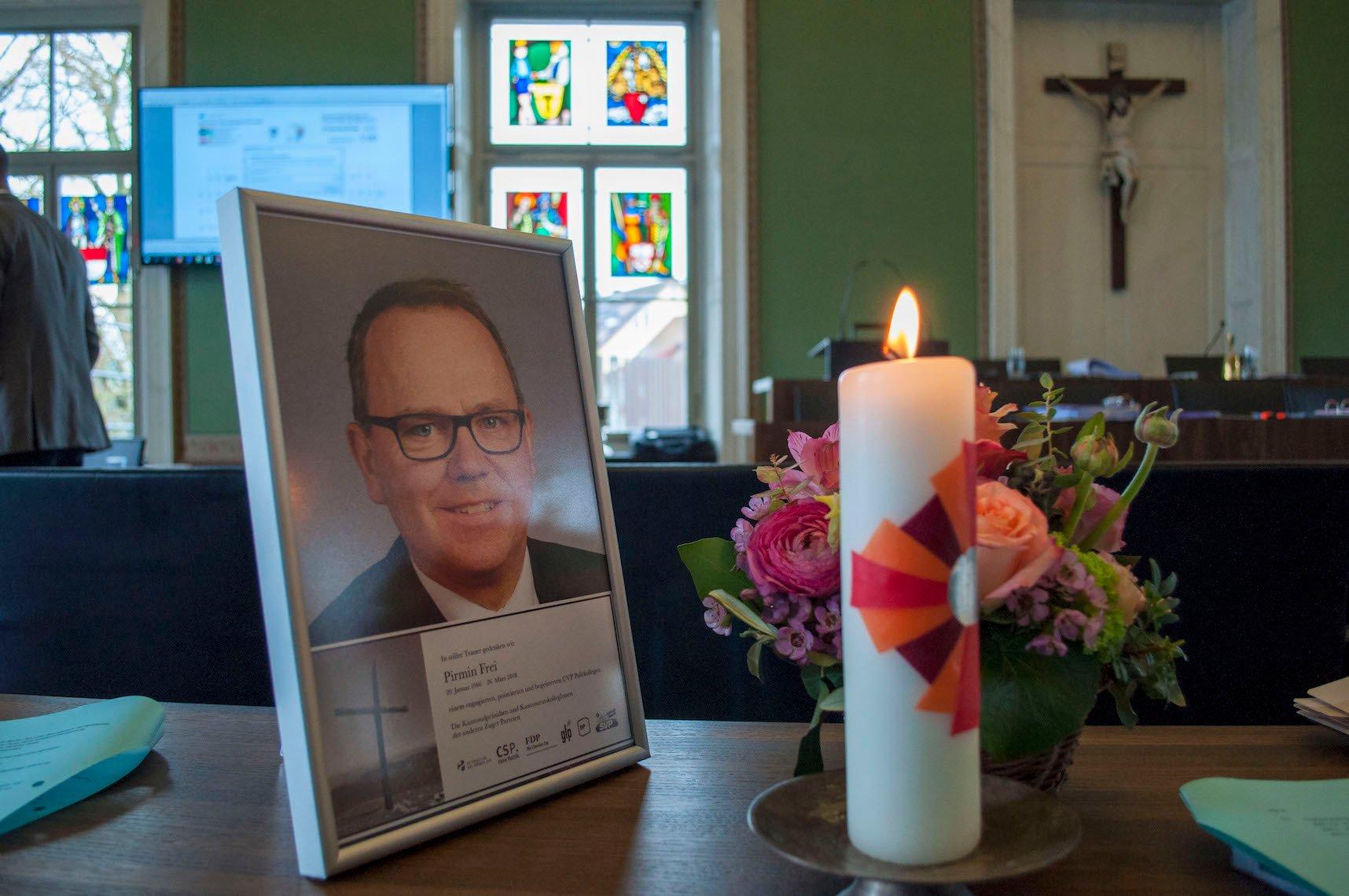 Am verwaisten Platz des überraschend gestorbenen CVP-Kantonalpräsidenten Pirmin Frei brannte eine Trauerkerze.