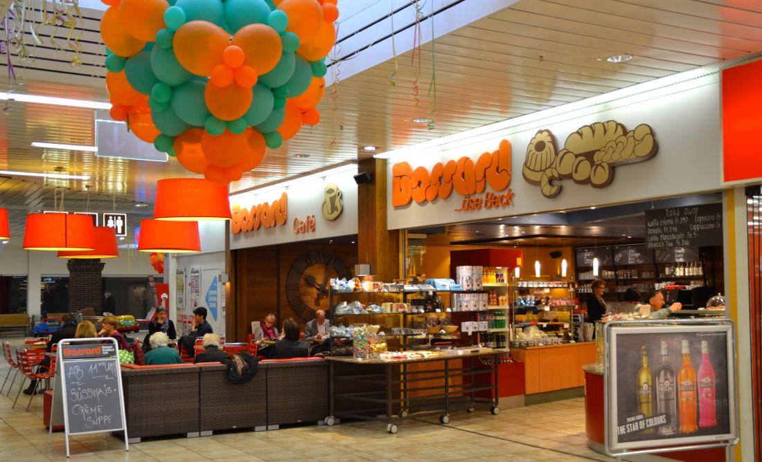 Das Café der Bäckerei Bossard im Herti Einkaufszentrum ist bereits für die Fasnachtszeit dekoriert. Die Zunft der «Letzibuzäli» ist im Herti-Quartier zuhause.