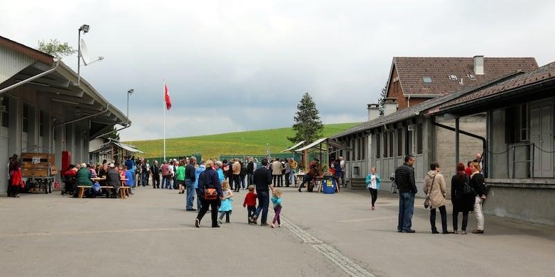 Die Menzinger und Ägerer erschienen in Scharen, um sich die Asylunterkunft in der Bloodhound-Stellung der Schweizer Armee aus der Nähe anzuschauen.