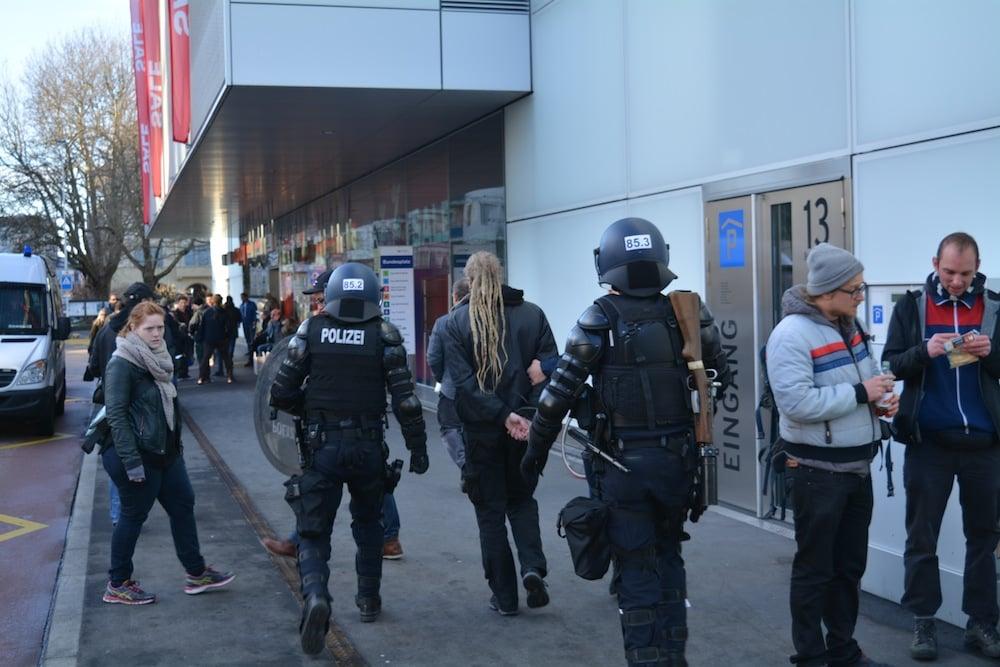 Ungewohnte Szenen in der Stadt Zug: An der unbewilligten Anti-WEF-Kundgebung 2016 wurde ein Mann verhaftet und abgeführt.