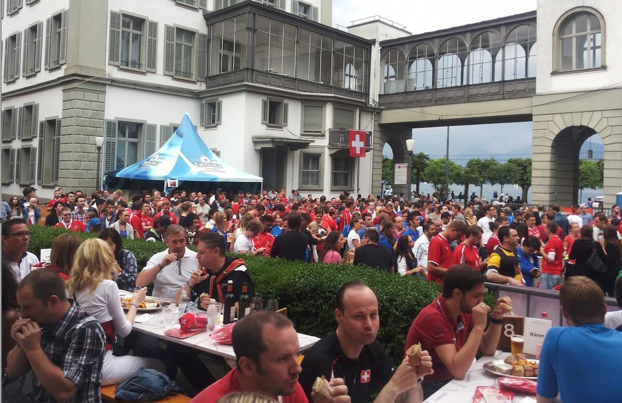 Public Viewing vor dem Hotel Schweizerhof.