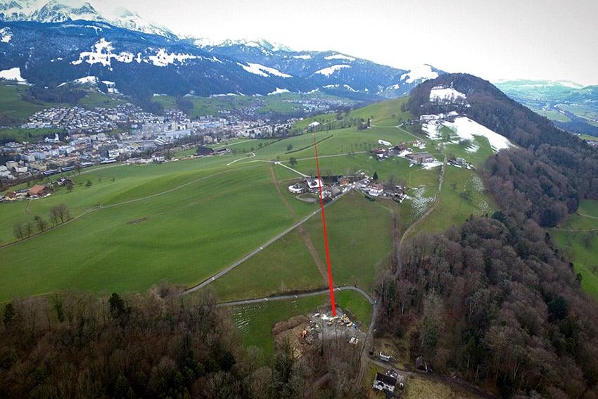 Vom Schacht an der Zumhofstrasse (hinten) bohrte man ein gut kilometerlanges Loch bis zum Ort (vorne), wo das neue Quellwasserwerk stehen soll (Bild: Schenk AG).