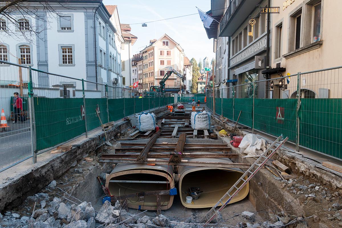 Auf der Burgerstrasse in der Kleinstadt werden derzeit die neuen Abfluss-Rohre platziert.