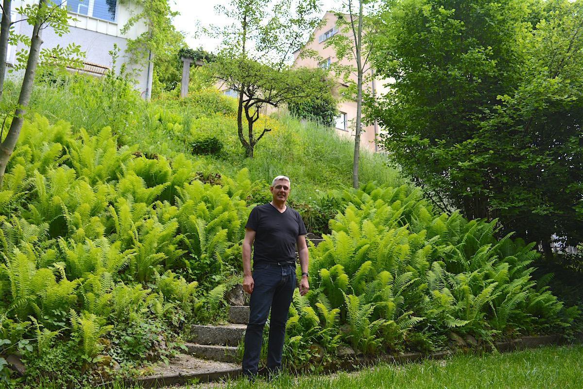 Urban Frye in seinem Garten.
