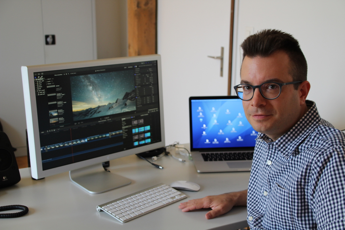 Hier wird die Foto-Ausbeute zum Film: Oliver Schmid in seinem Büro in Baar.