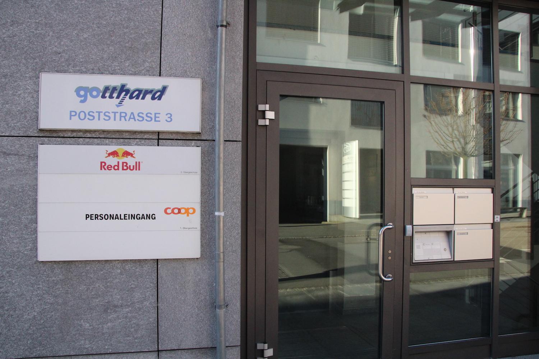 Der Weltkonzern Red Bull hat seinen Schweizer Sitz seit 1994 in Baar. Auskunftfreudig zeigt man sich an der Poststrasse aber nicht.