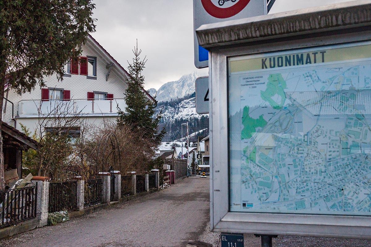 Die kleine Strasse quert den Bahnübergang von Horw in das mehrheitlich auf Krienser Boden liegende Kuonimatt-Quartier.