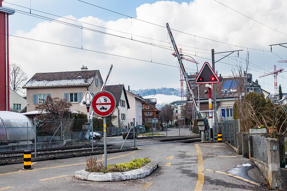 Nur für Velo- und Fussgänger: Der Bahnübergang