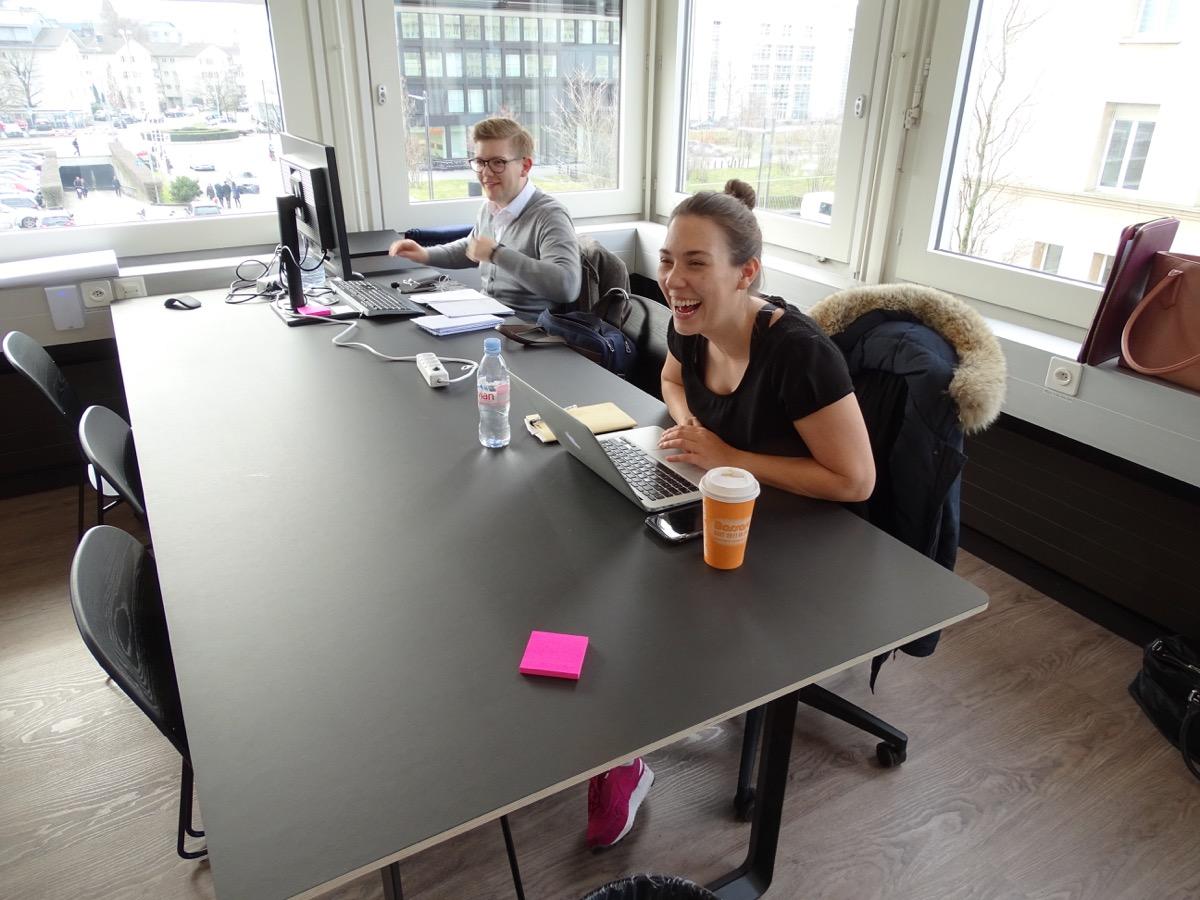 Zwei Mitarbeiter der Lakeside Partners AG arbeiten im Hub. Und es scheint ihnen zu gefallen.