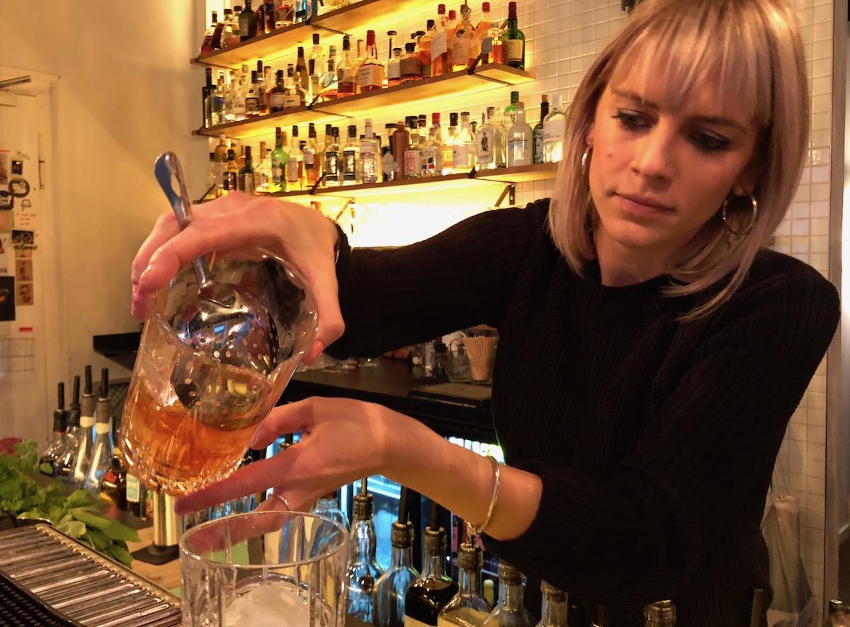 Flink mit den Gläsern: Judith Lauber arbeitet konzentriert hinter dem Tresen des Karel Korner.