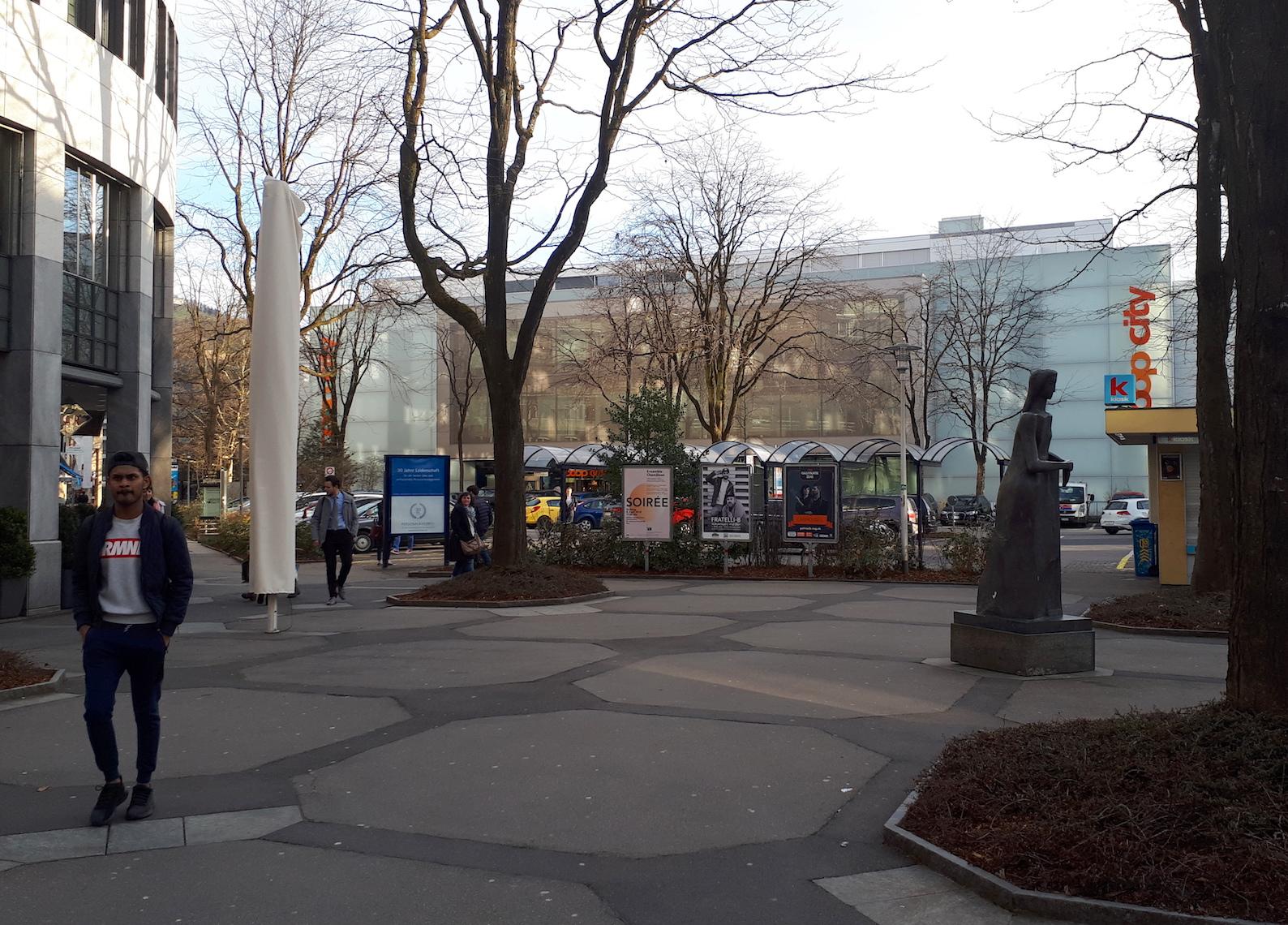 Die Kulturplakate, die Hecke und der Veloabstellplatz sollen weg, um die Zugänglichkeit zum Parkplatz zu verbessern.