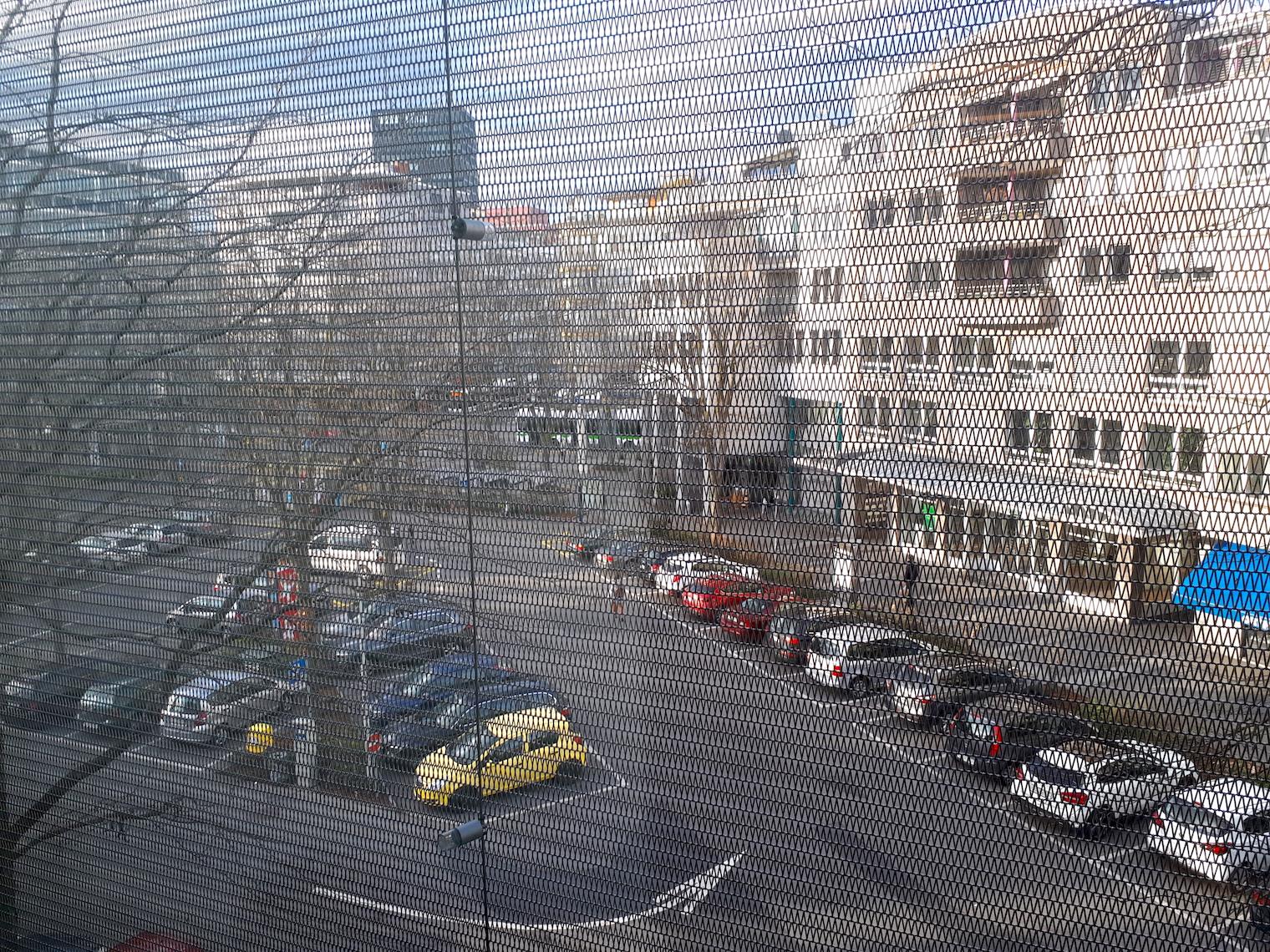 Dreispitzplatz durch die Gitter des Coop-City-Warenhauses aus gesehen.