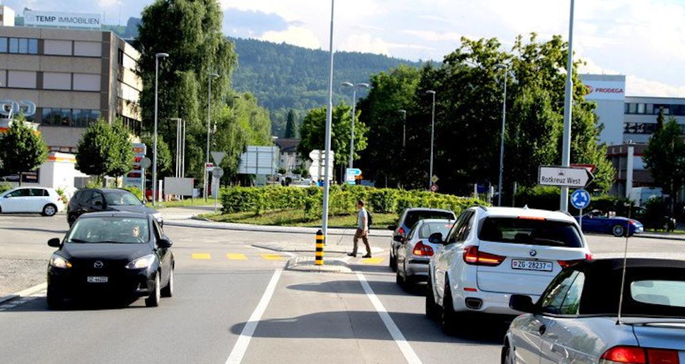 Der Forren-Kreisel in Rotkreuz auf der Höhe von Roche ist täglich permanent durch die Massen an Autos im Berufsverkehr überlastet. Er soll einen weiteren Bypass für den öV erhalten, um den Verkehrsinfarkt zu verhindern.