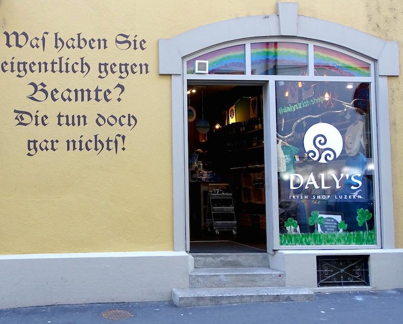 Passend zum irischen Humor: Der historische Spruch an der Fassade des Löwengrabens Nummer 4.