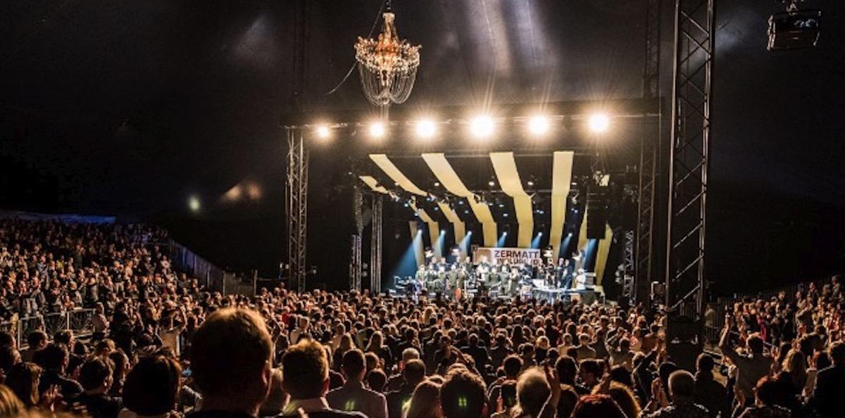 Glamouröses Festival: grosse Bands im grossen Zelt, die Fans sitzen auf kuscheligen Lammfellen.