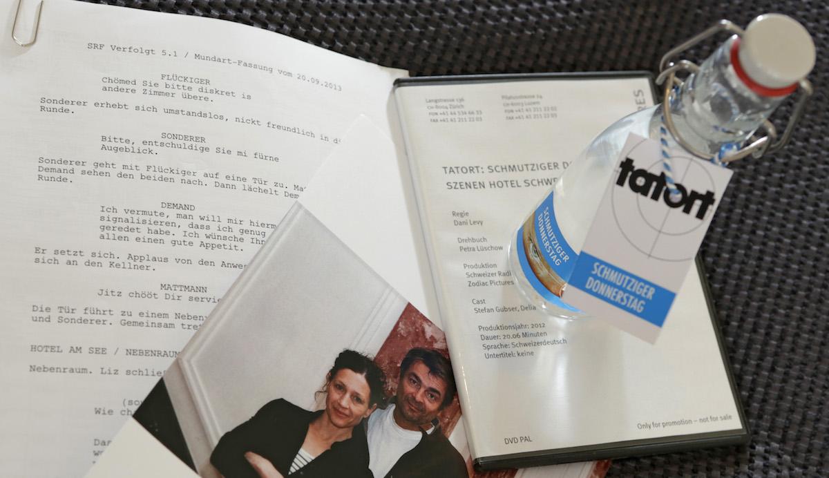 Drehbuch und Video: Requisiten, die Gubser im Hotel Schweizerhof deponiert hat.