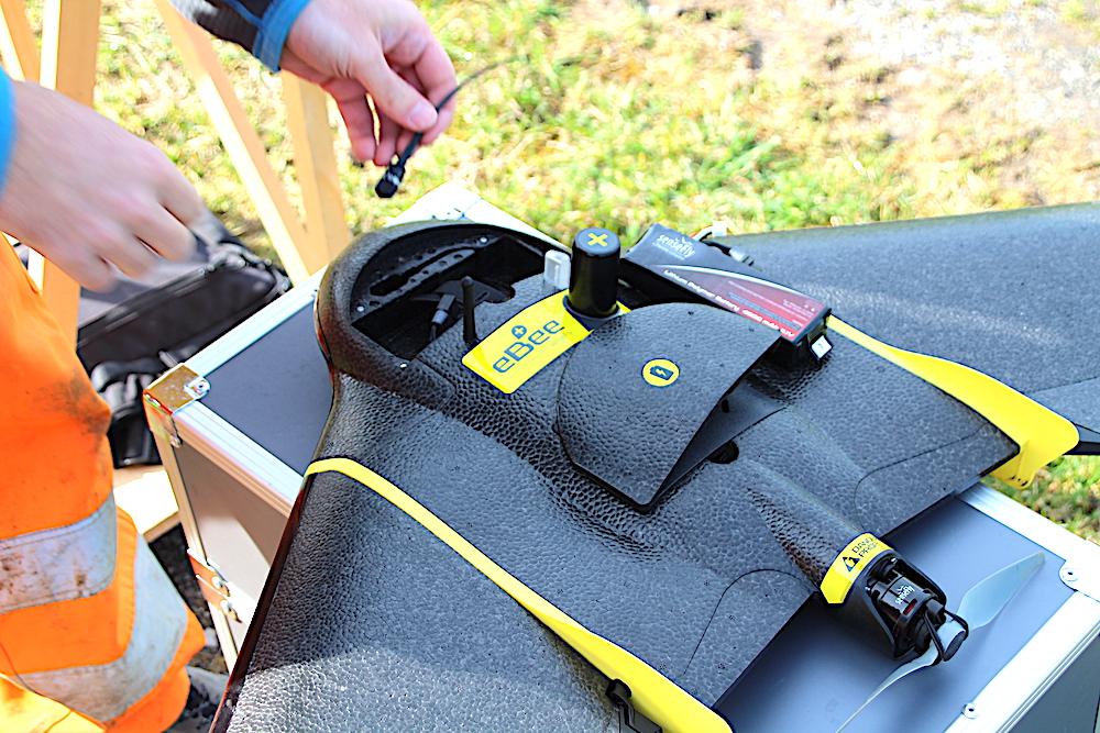 So sieht die Hightech-Drohne für 32'000 Franken aus: Mit Peilsender, grosser Batterie, Propeller, Kamera und GPS.