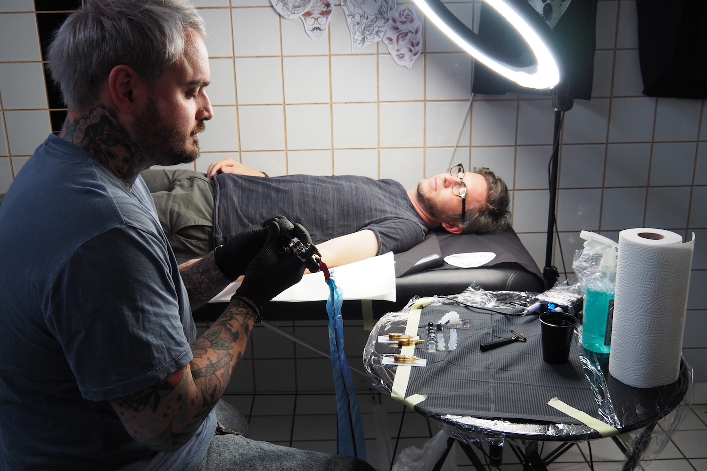 Unter dem Heiligenschein der Lampe: Marco Burdino setzt die Nadel auf die Maschine und legt los.