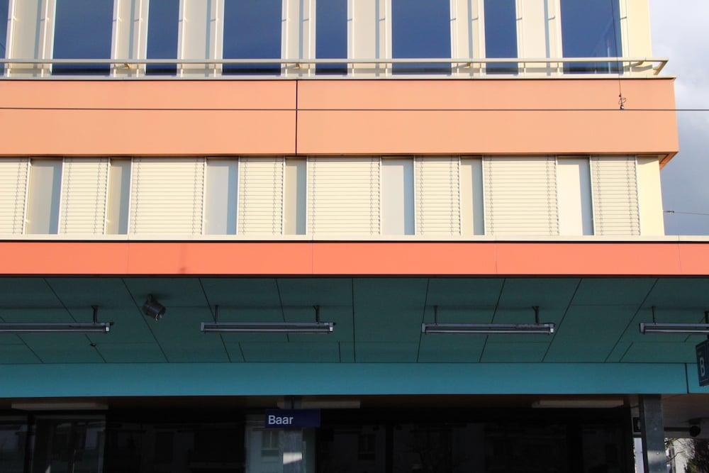 Farbspiele der gewollten und der nicht gewollten Art am Baarer Bahnhof.
