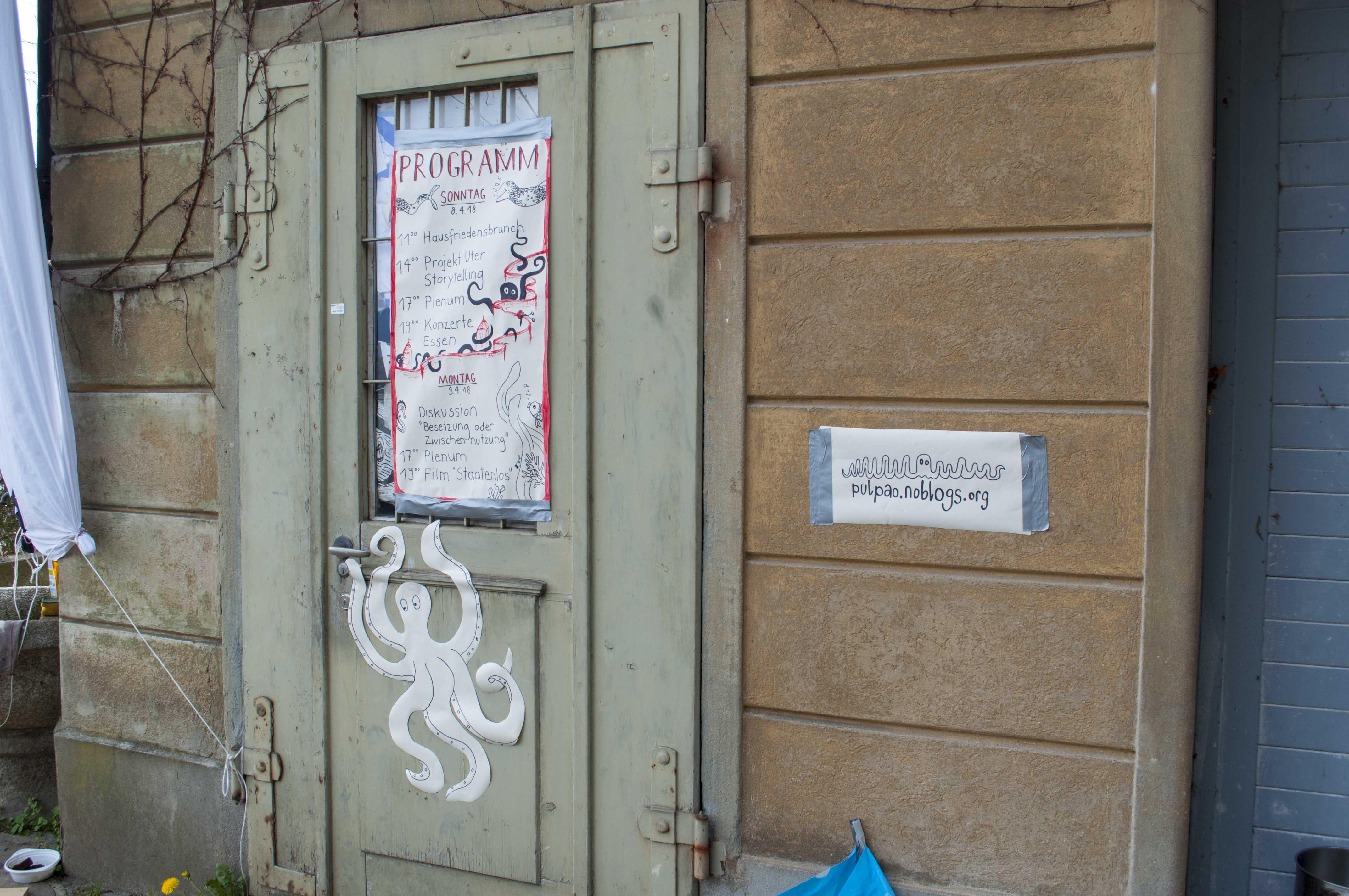 Eingang des besetzten Nebengebäudes der städtischen Villa auf Musegg 1.