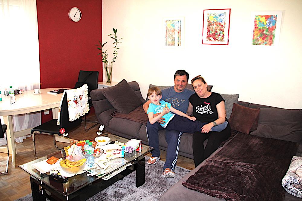 Die Familie Strainjevic ist rundum glücklich in ihrer 70-Quadratmeter-Dreizimmer-Wohnung für 1'075 Franken Nettomiete. Von links: Angel (5), Radoslav (48) und Olivera (44).