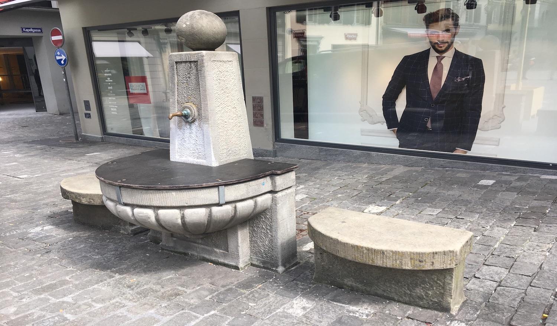Fristet derzeit ein trauriges Dasein: Der alte Brunnen steht seit 1978 auf dem Kornmarkt.