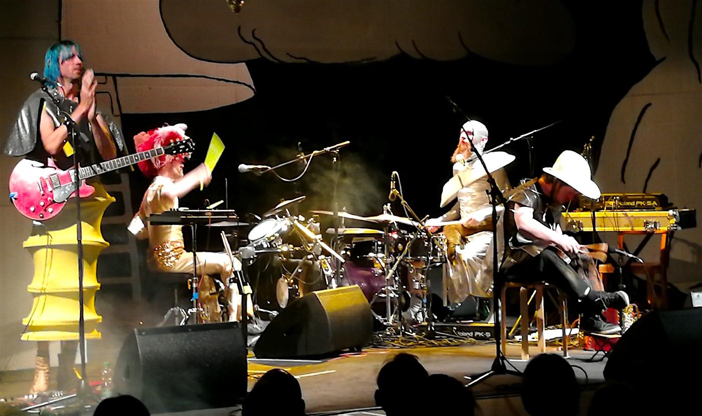 Unverfälscht: Wenn sich der Schlagzeuger mitten im Lied die Freiheit herausnimmt, die Stöcke hinzulegen und Kusshände ins Publikum zu werfen.