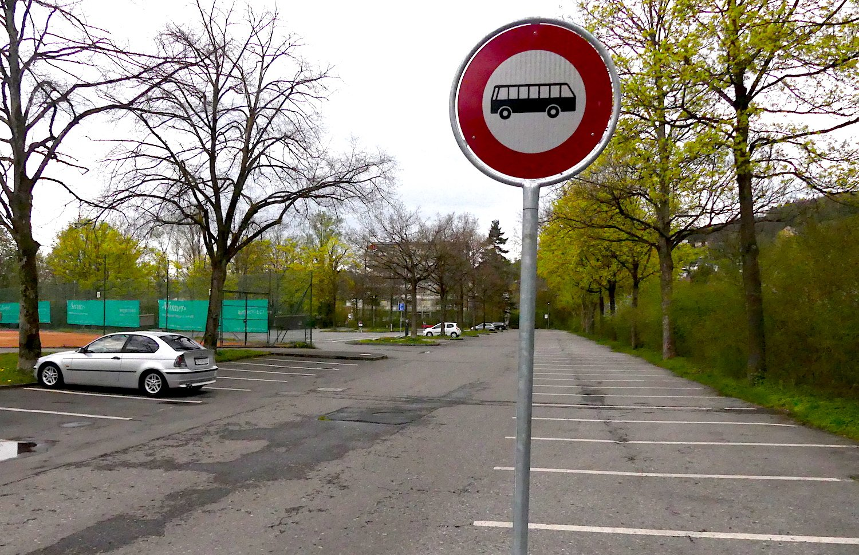 Mit baulichen Massnahmen hat die Stadt die Parkplätze für Cars und Autos besser getrennt.