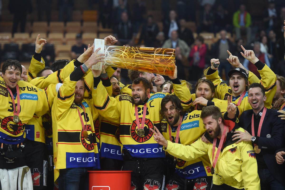 Berns Mannschaft feiert den Sieg zum Meistertitel 2016 mit dem damaligen Trainer Lars Leuenberger, der rechts aussen steht.