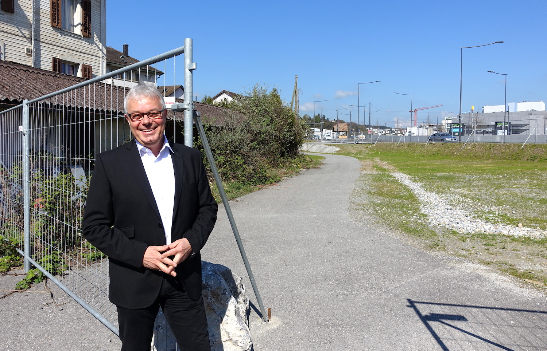 Marcel Zosso, Präsident Baugenossenschaft Reussbühl, zeigt, wo bald gebaut wird.