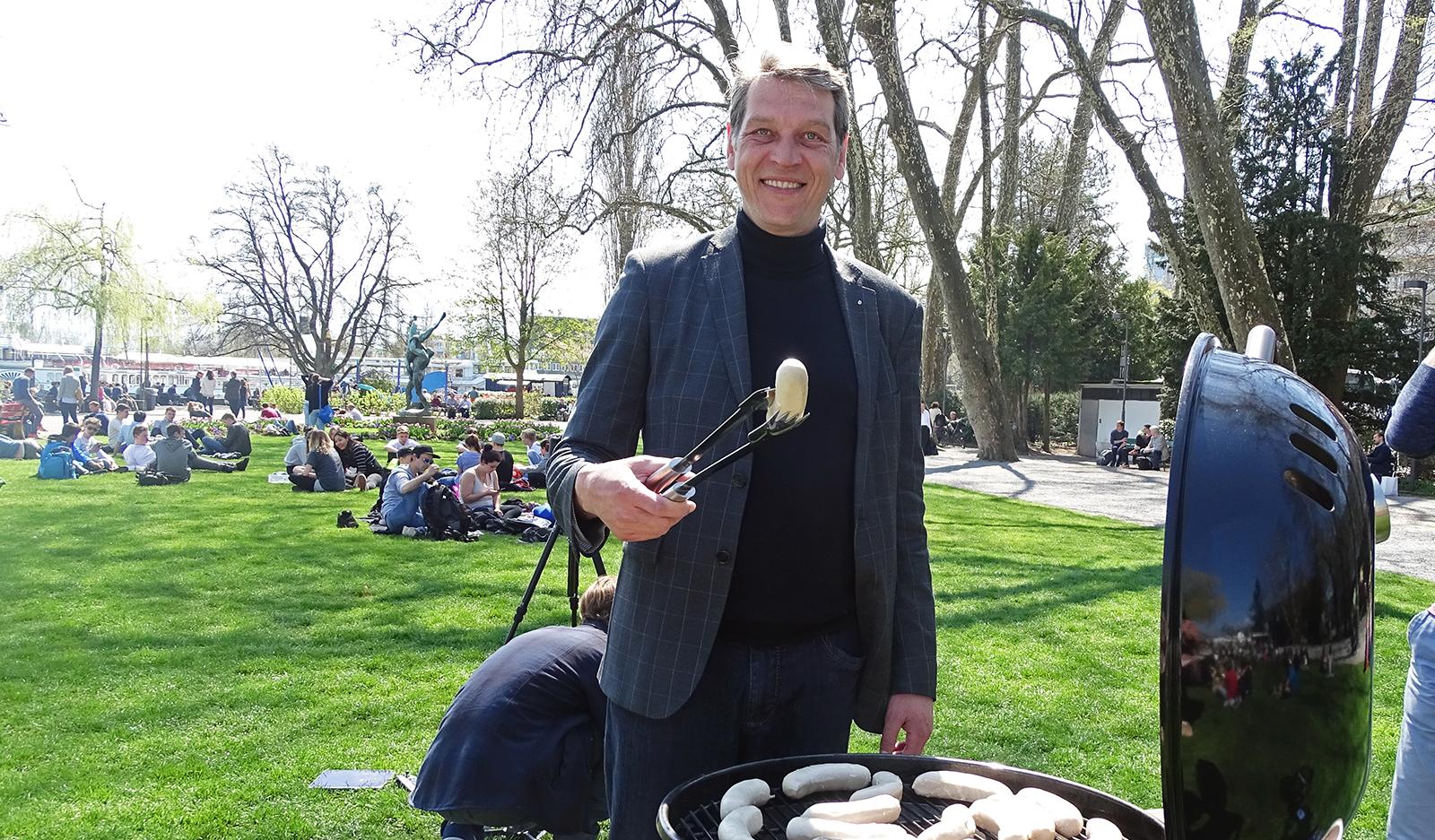 Daniel Lütolf, Leiter Crowdfunding bei der Luzerner Kantonalbank, stellt sich gleich selbst an den Grill.