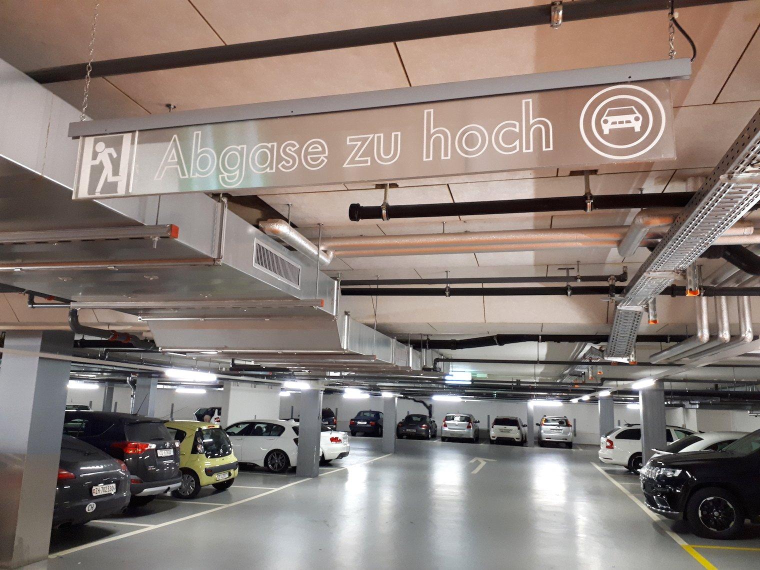 Erstaunlich günstig: Parking am Bundesplatz.
