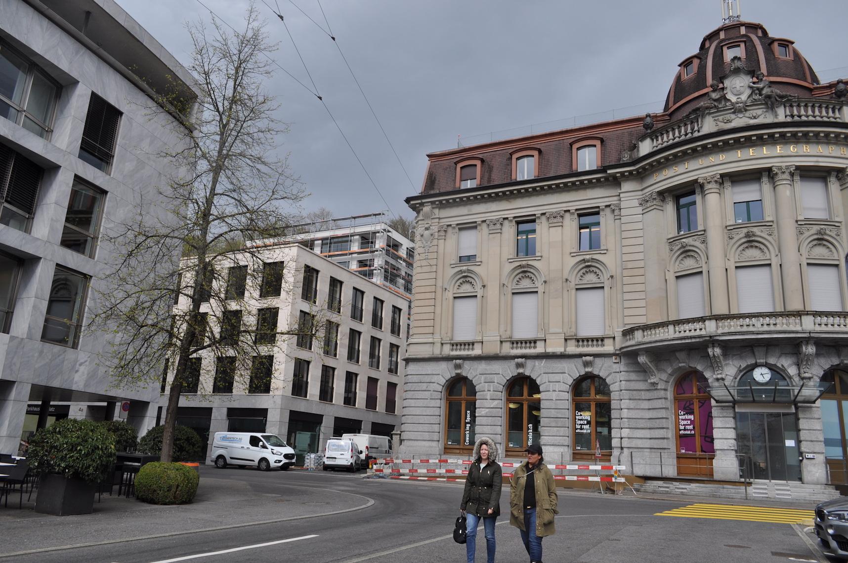 Das neue Gebäude am Zuger Postplatz zwischen Café Plaza und ehemalier Hauptpost.