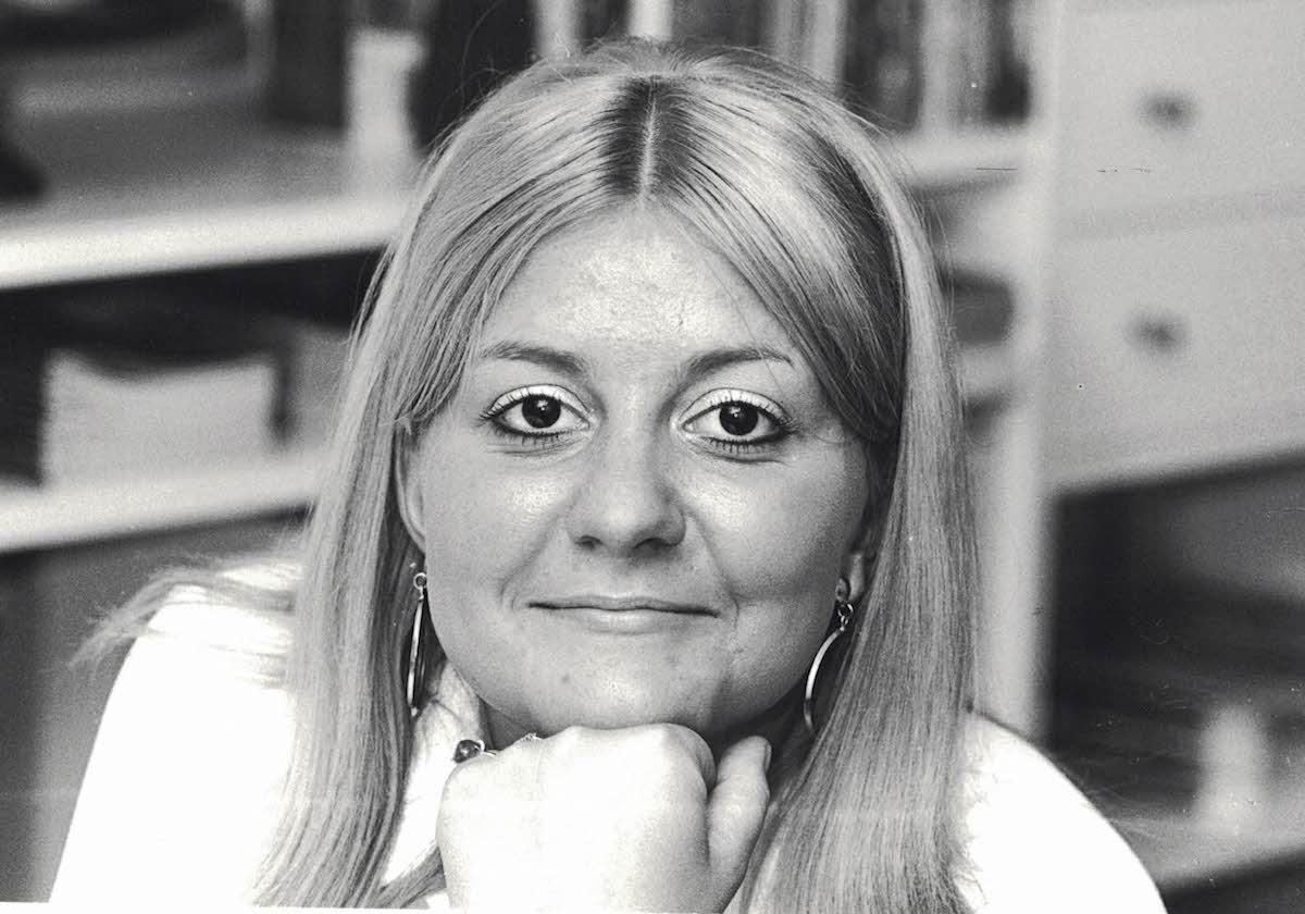 Junge Linke mit «Tschingg» als Mutter: Cécile Bühlmann in Denkerpose im Jahre 1968.