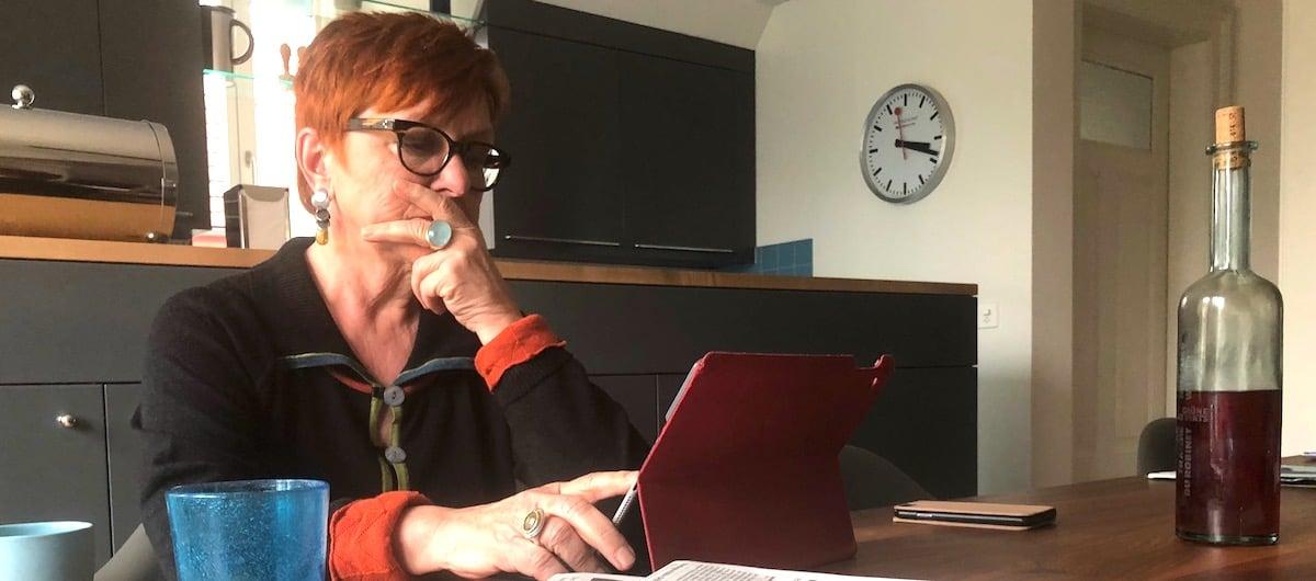 Politisch nach wie vor interessiert: Cécile Bühlmann liest auch zentralplus gerne am Stubentisch.