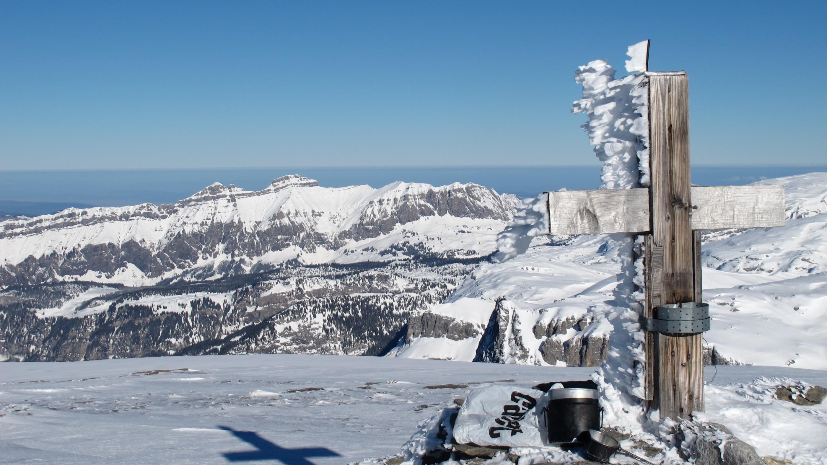 Nach gut vier Stunden erreicht man das riesige Gipfelplateau, auf dem man das Gipfelkreuz fast suchen muss.
