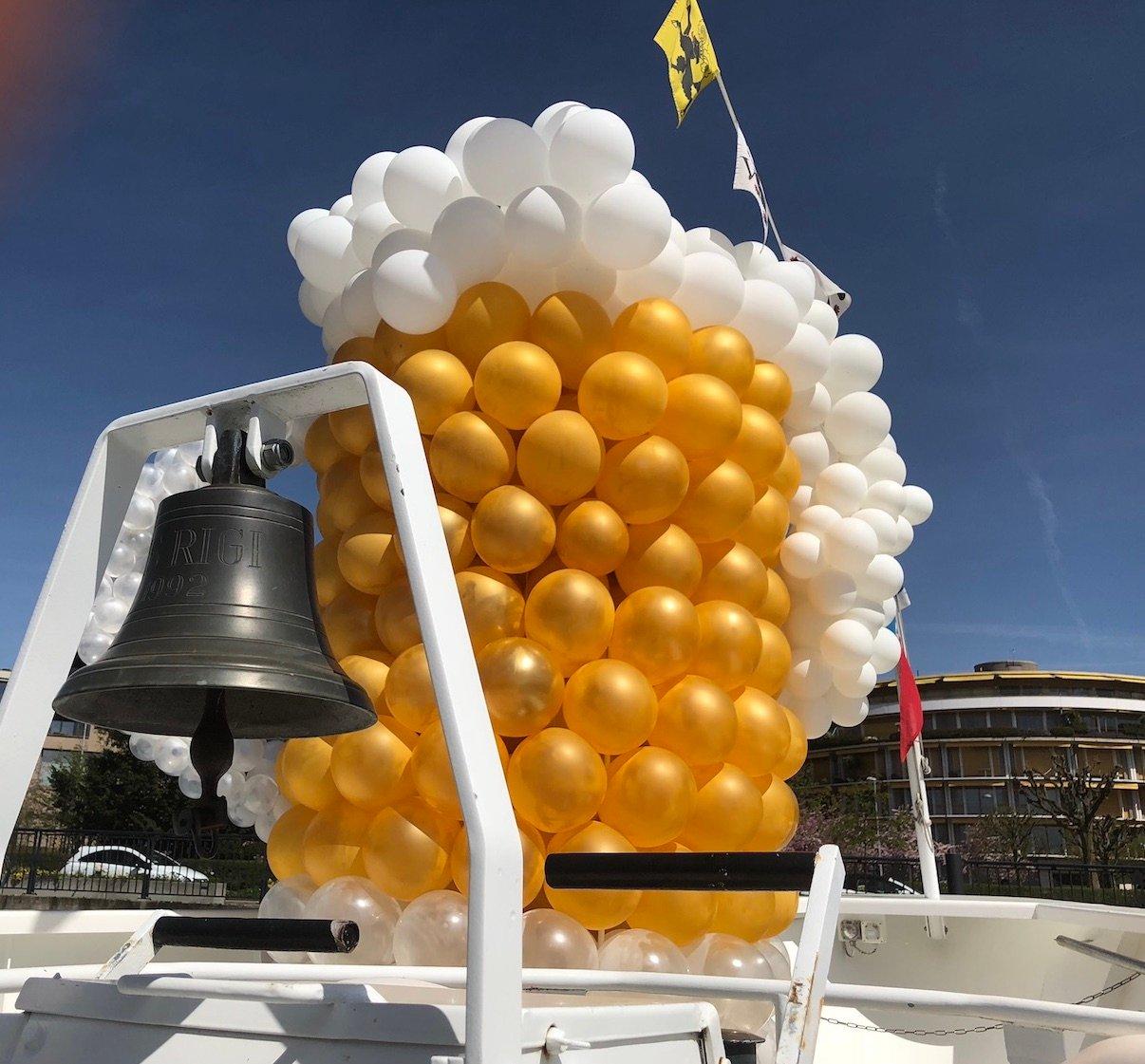 Im Zeichen des Humpens: Ballone auf dem Vorschiff der «Rigi», die als Zuger Bierschiff diente.