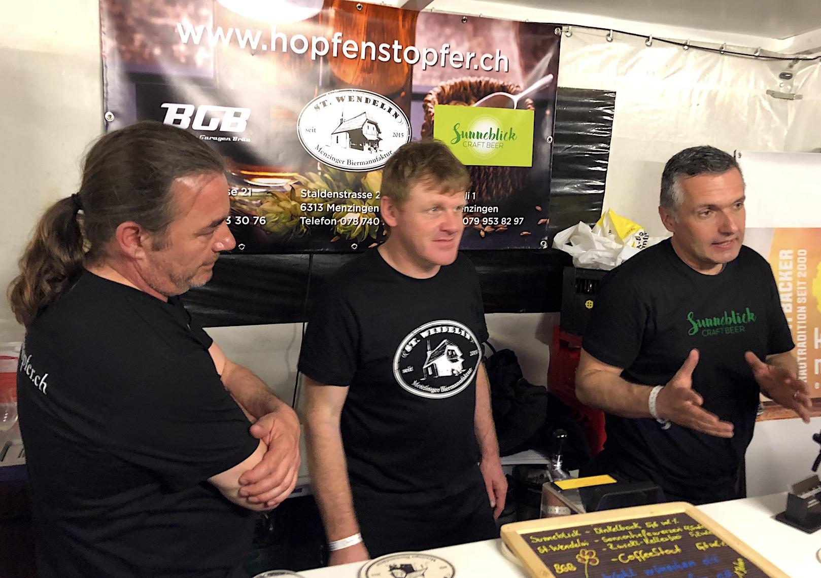 Martin Blumenthal (links), Christoph Moser und Reto Zürcher: Die Hopfenstopfer vom Zuger Berggebiet.
