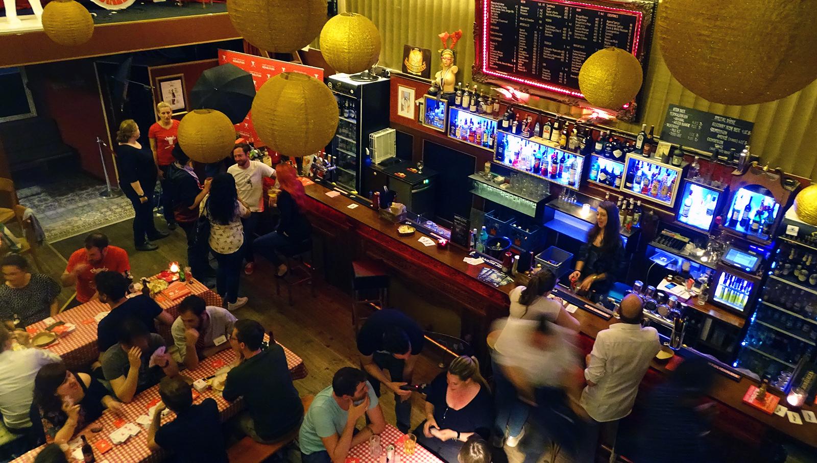 Die einen sitzen an den Tischen und spielen – andere vergnügen sich lieber direkt an der Bar im Madeleine.
