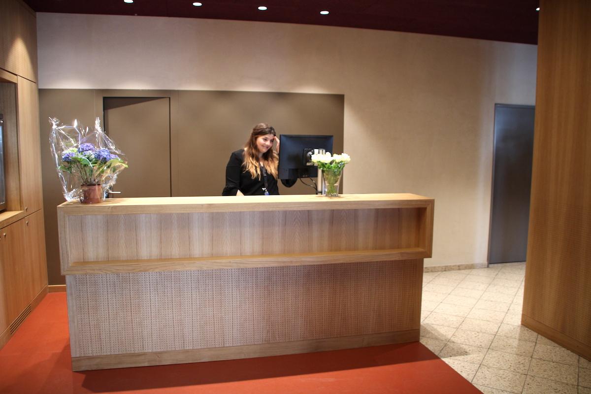 Der Empfangsbereich kann durchaus mit einer Hotelreception mithalten.