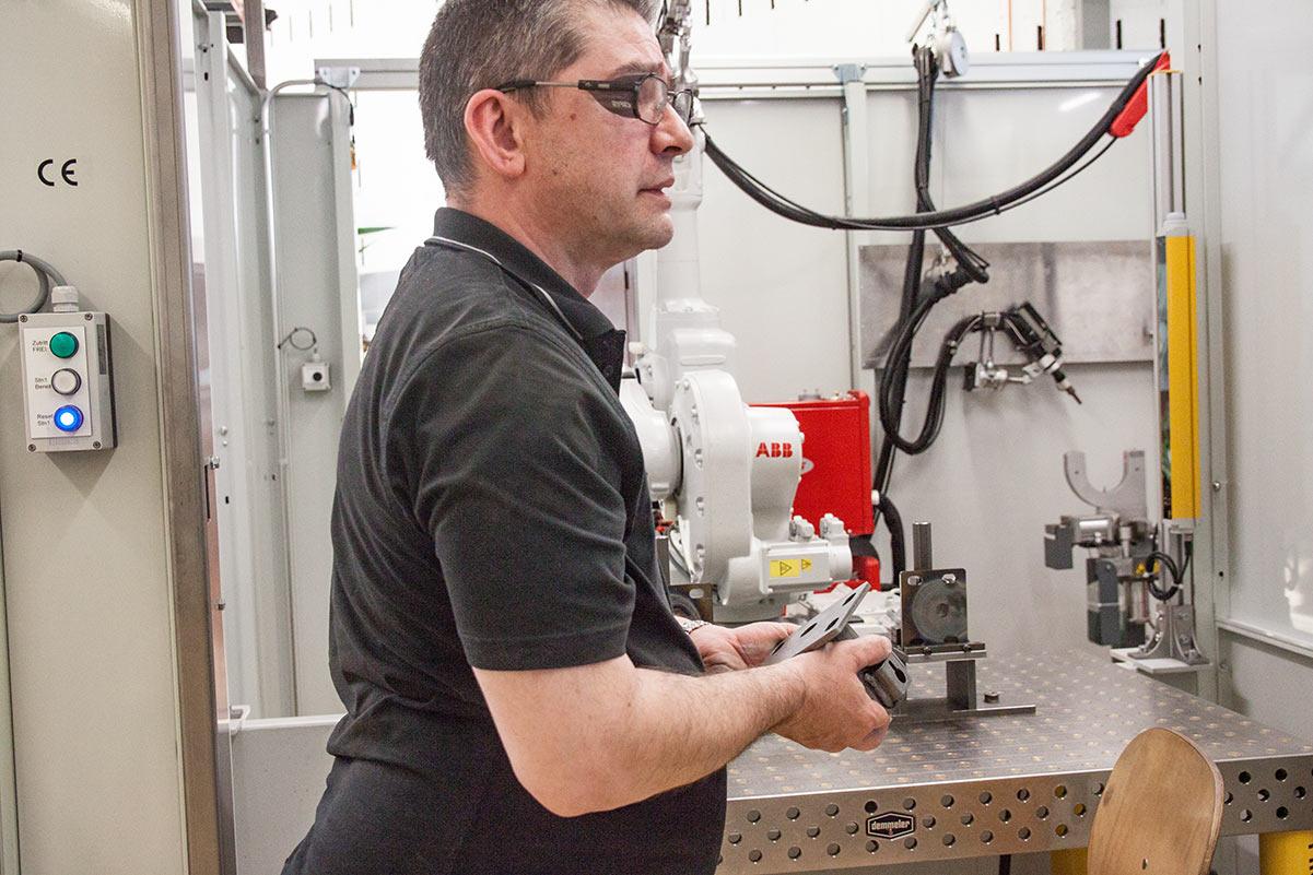 Roy Boselli arbeitete früher für eine Metallbauer-Firma und ist nun seit rund zwei Jahren im Brändi.