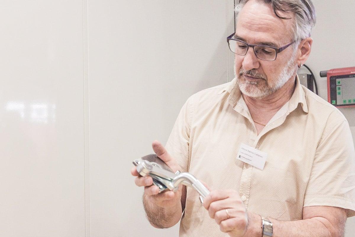 Der Krienser Betriebsleiter Alfons Balmer zeigt ein Halbfabrikat.