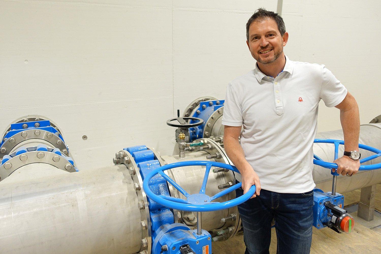 Claudio Ganassi zeigt, durch welche Röhren das Wasser ins neue Werk gelangt.