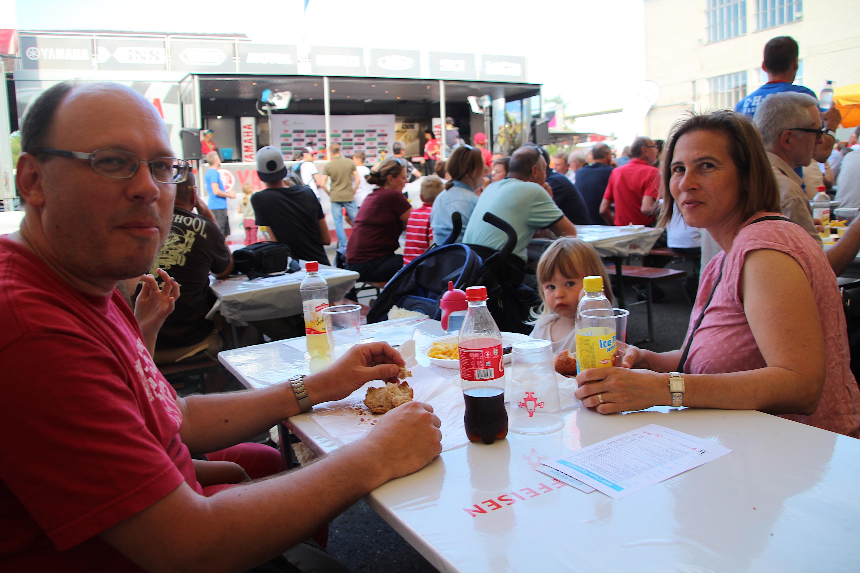 Reto Pfister und seine Familie geniessen in Cham auf dem Papieri-Areal die Tour de Suisse im offenen Festzelt.