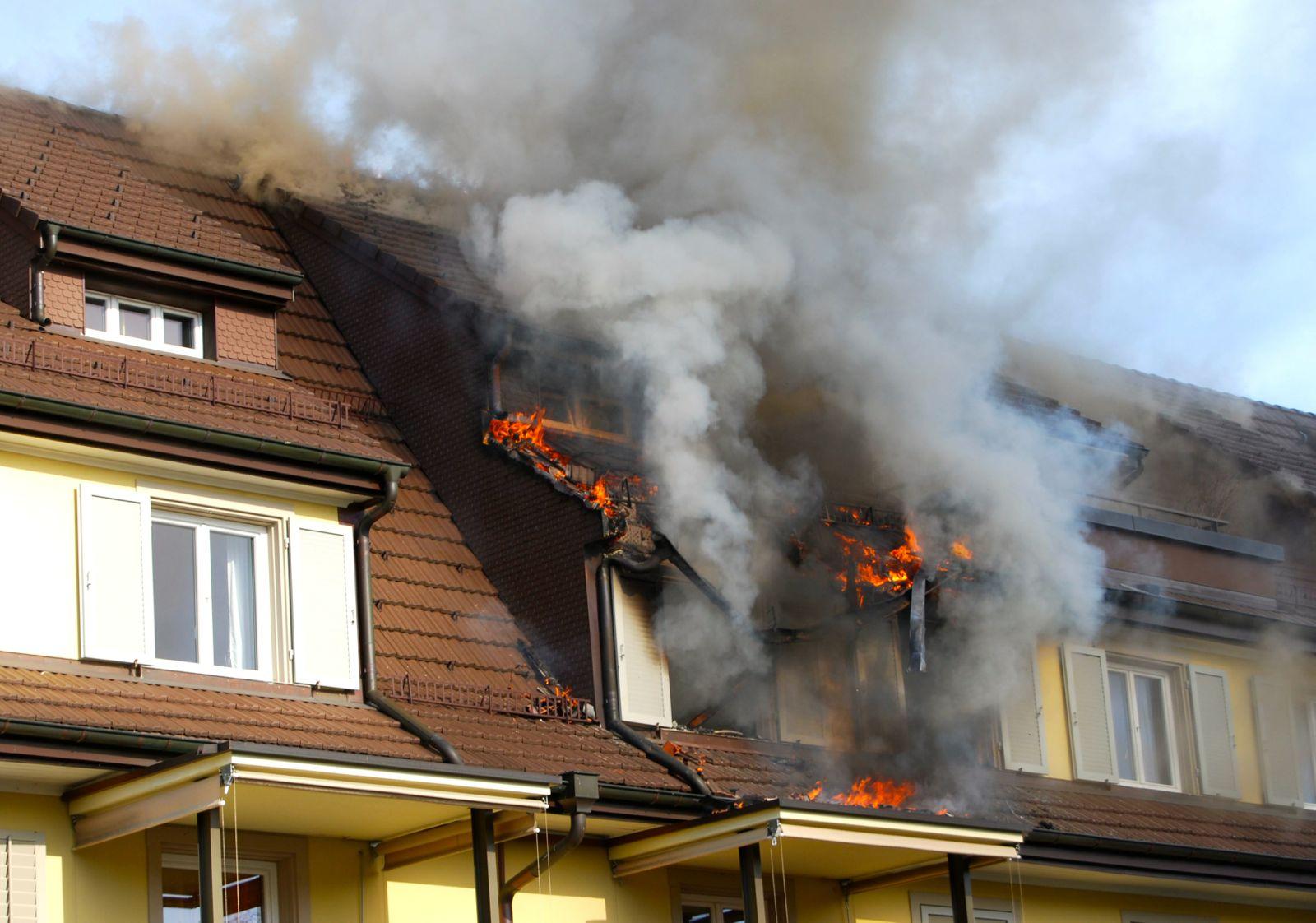 Das Feuer brach in einer Dachwohnung der Liegenschaft aus.